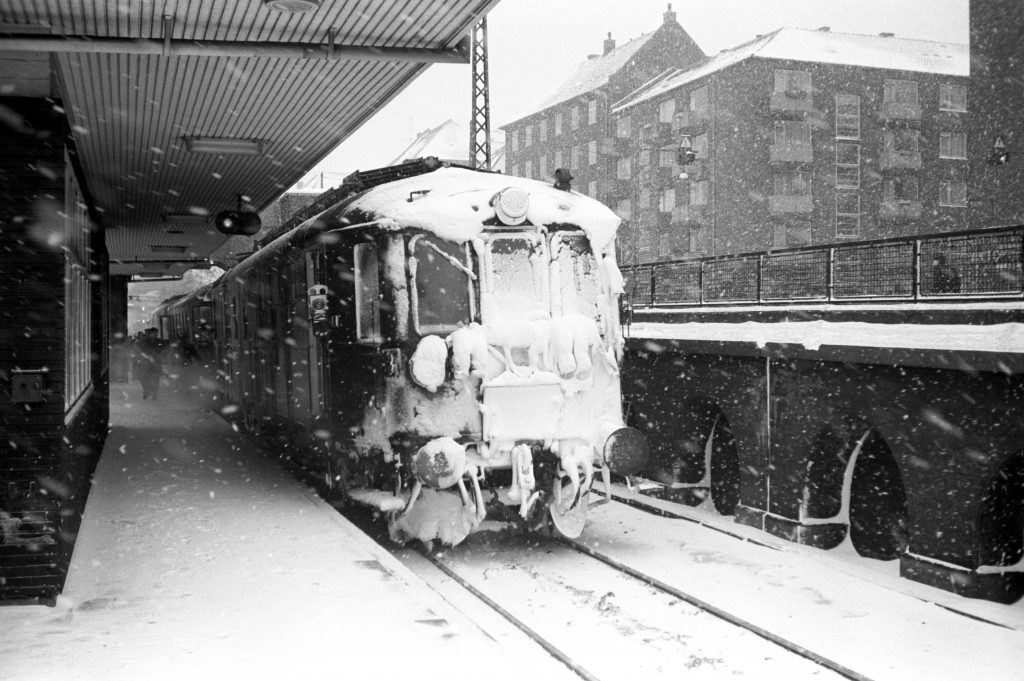 047a-valby-station-tog-142-snestorm-19690216-006