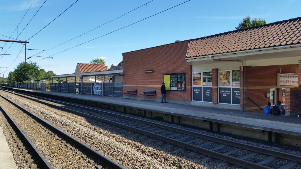 7. Stationen set fra modsatte perron med pizzeria og nedgang til tunnel. Foto Lars Skjærris