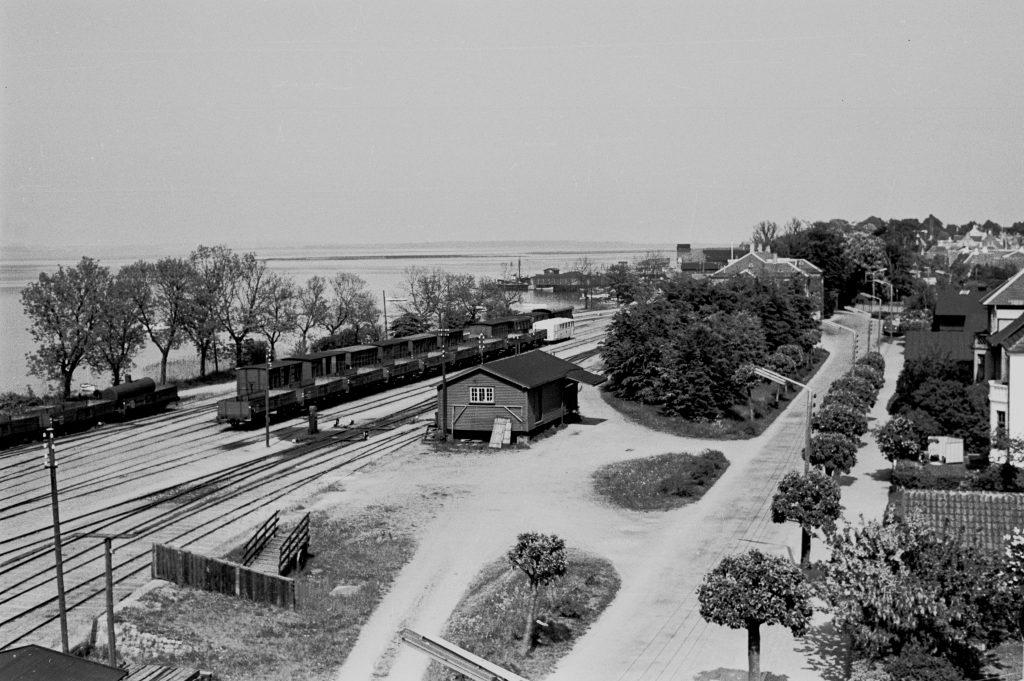 7 En af turene gik til Præstø, hvor der stadig kørte tog på privatbanen NPMB. Her et kig ud over stationsområdet, juni1959. Foto Erik V. Pedersen